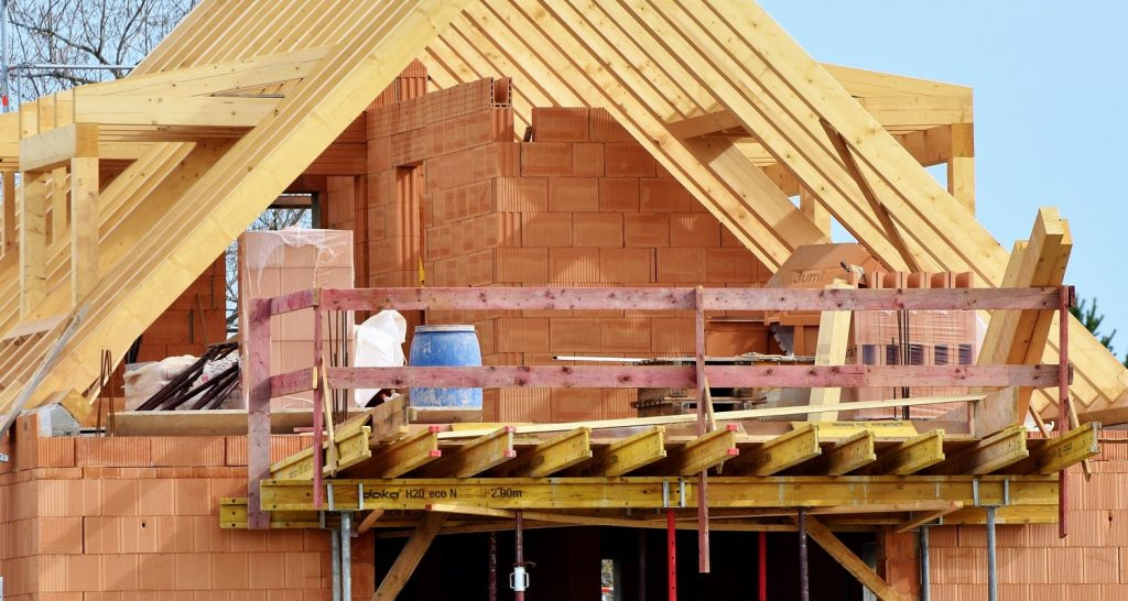 Budowa ścian domu w stanie surowym
