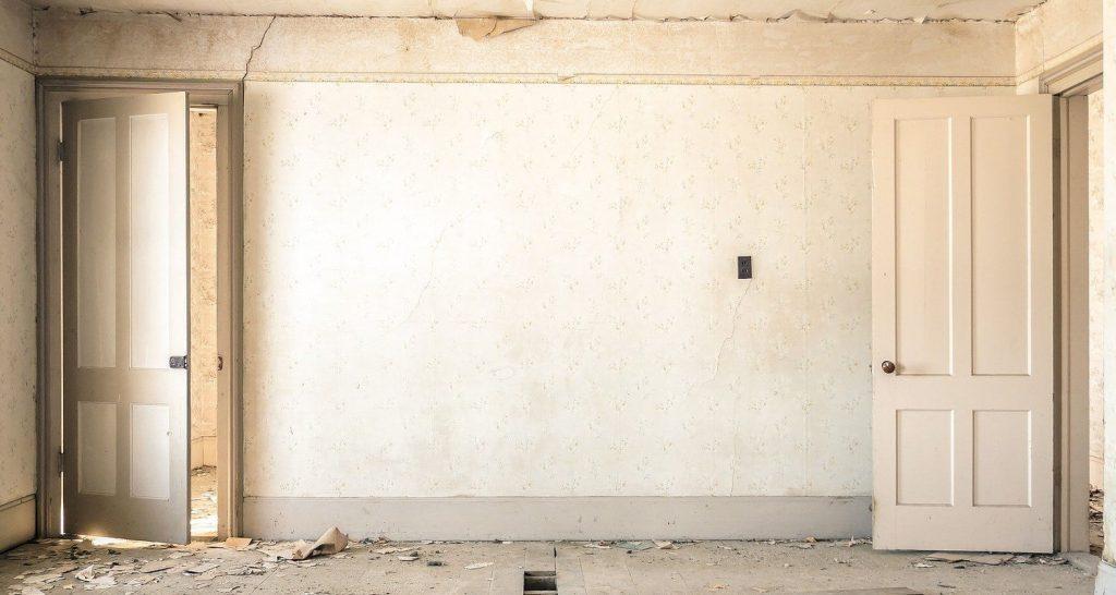 Zniszczony pokój przez żółte plamy po nikotynie