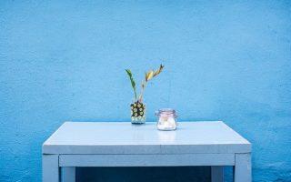 Czy można wsypać brokat do farby? Kilka sposobów na nietypowe efekty malowania ścian