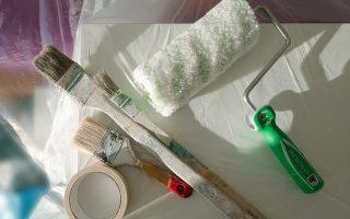 Jakie wyposażenie niezbędne jest podczas malowania ścian? Poradnik początkującego malarza