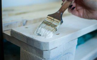 Jak malować meble, żeby efekt był zadowalający? Szybki sposób na odnowę zabudowy