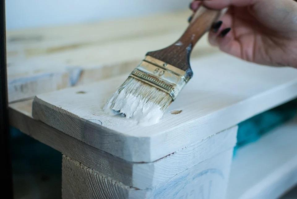 Jak malować meble podczas odnowy zabudowy